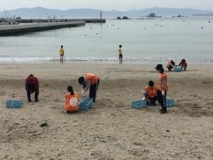 写真③ビーチクリーン活動の様子